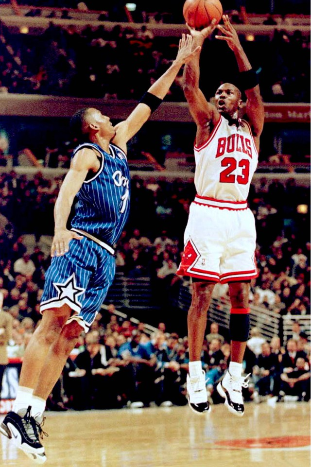Penny Hardaway defending Michael Jordan in the Nike Penny 1