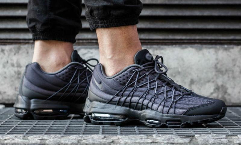 nike-air-max-95-ultra-black-dark-grey-on-foot-1_pirs07