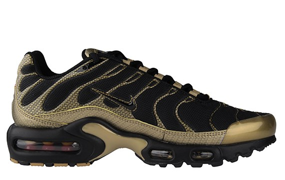 nike-air-max-plus-black-gold-red-carbon-fiber-1