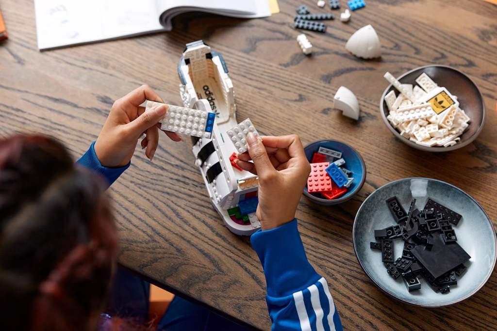 adidas Originals x LEGO เปิดตัว Superstar รุ่นพิเศษ พร้อมกับตัวต่อ LEGO adidas Originals Superstar