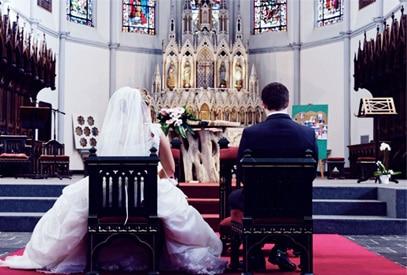 mariés de dos face à l'autel