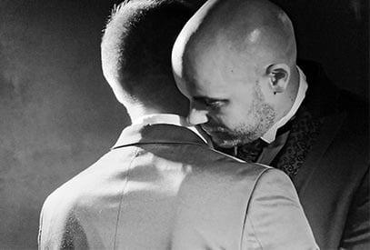 mariés hommes en noir et blanc