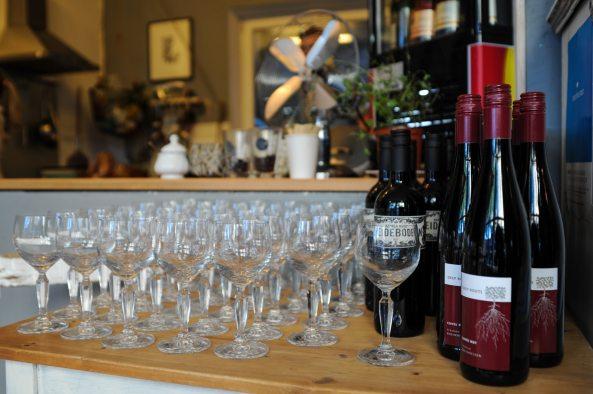 Wein und Gläser soweit das Auge reichte beim #tvinopicknick