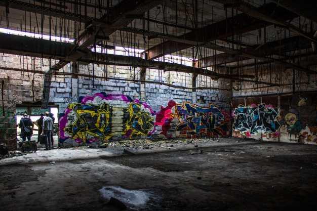 Verlassene Orte voller Graffiti auf dem Teufelsberg