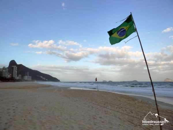 Einsamer Strand von São Conrado, Brasilien