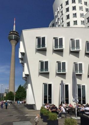 Neuer Zollhof nach Entwurf von Frank Gehry, Blick auf Rheinturm
