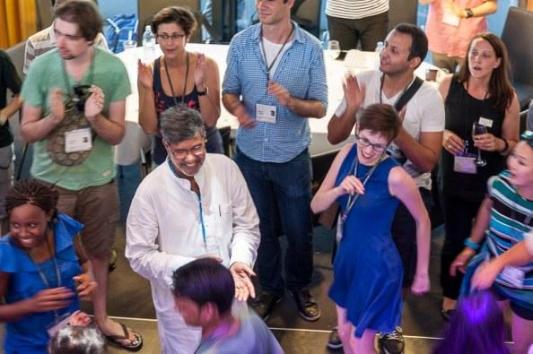 Nobelpreisträger und Nachwuchswissenschaftler im tanzenden Austausch