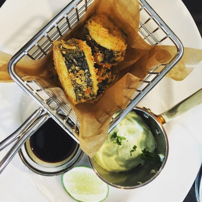 Fried Sushi mit Avocadocreme und Sojasoße