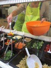 Hier wird der Salat frisch zubereitet