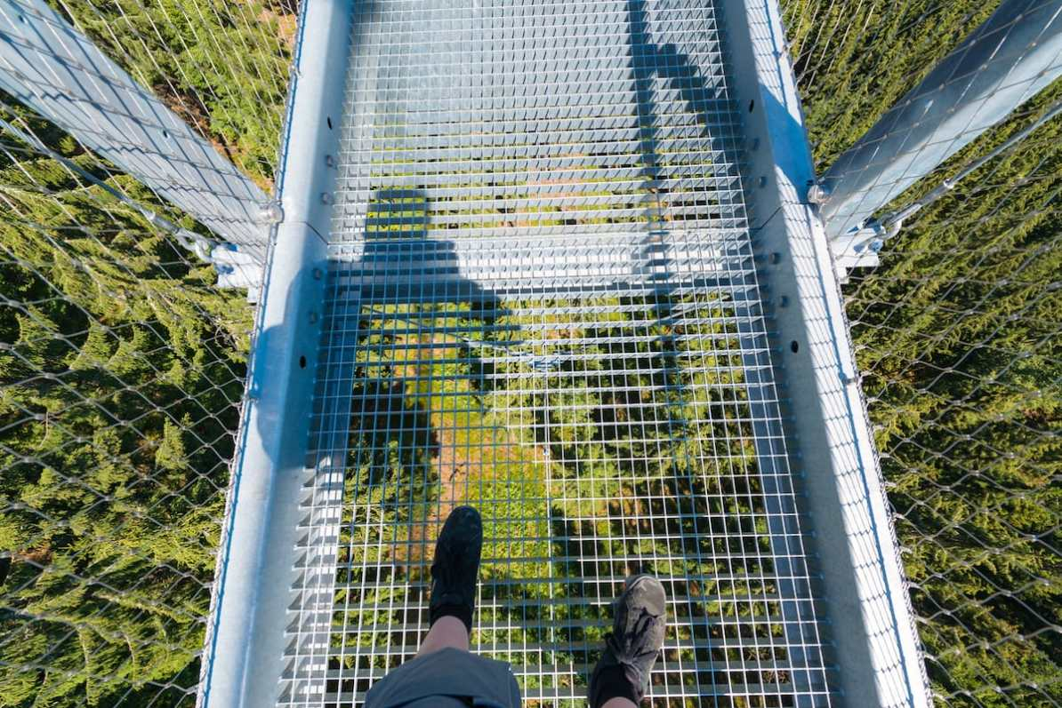 Gitter mit Blick auf rund 60 m unter Dir, WILDLINE Foto: Simon Bierwald/Indeed Photography