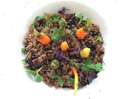Gemüse und Roggenbrotkrumen
