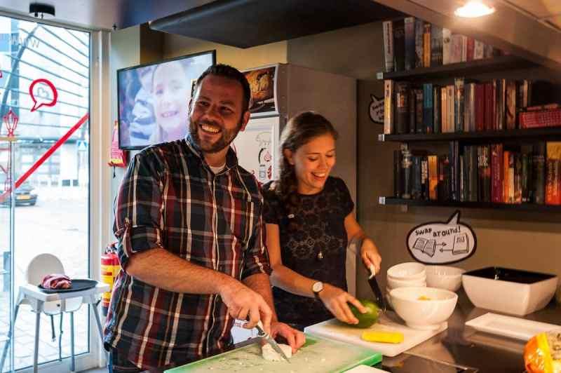 Tobias und Laura in der Küche