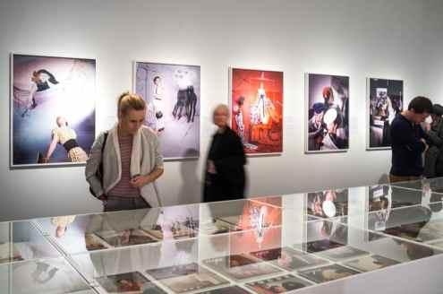 Menschen in der Ausstellung (Foto: Simon Bierwald, Indeed Photography)