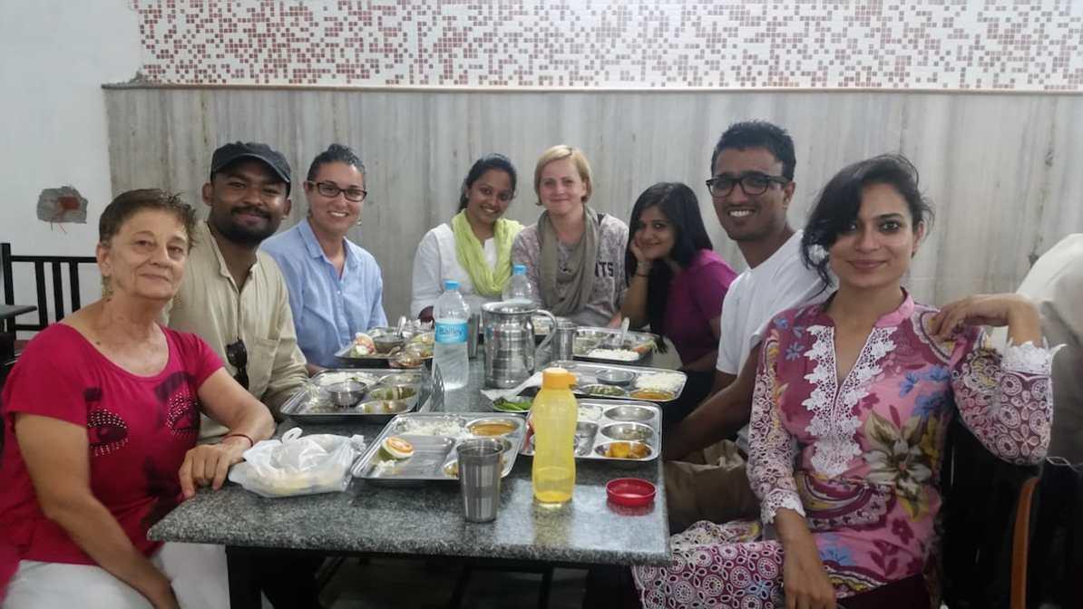Nina im Kreise von Einheimischen in Indien