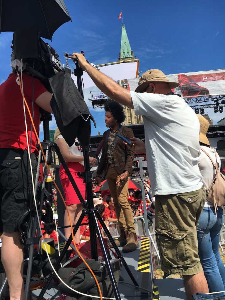 Alex Cuba beim Interview mit dem kanadischen Fernsehen