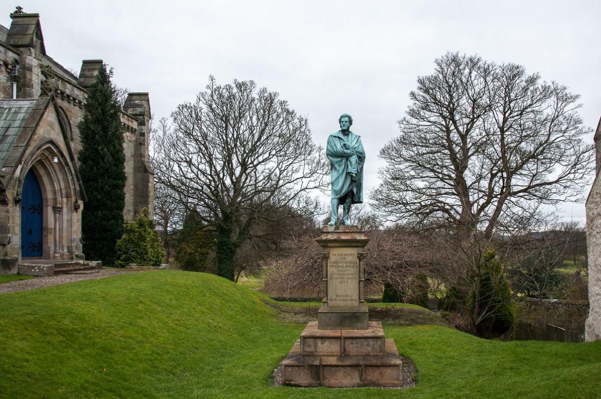 Statue von Onesiphorus Tyndall Bruce im Garten der Falkland Parish Church