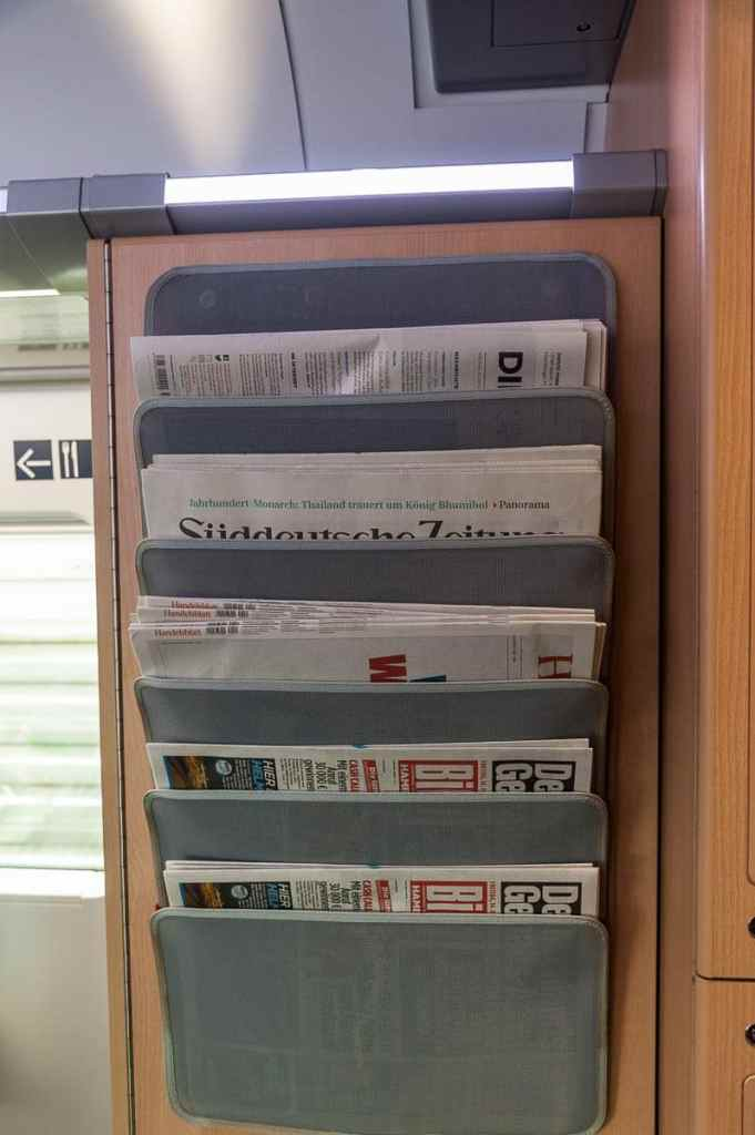 Zeitungsständer in der 1. Klasse