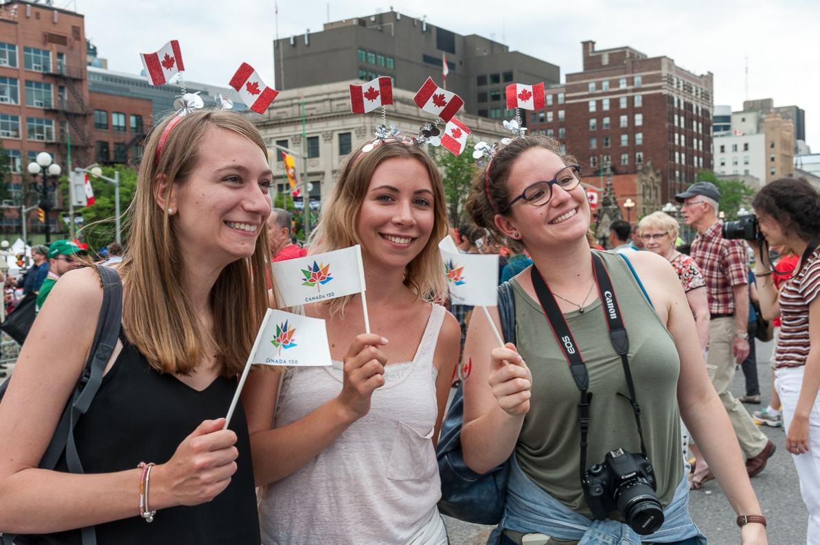 Lustige Accessoires und Fähnchen am Canada Day