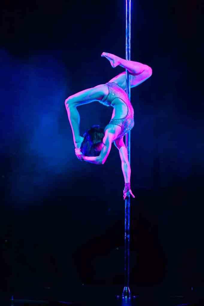 Sheila Nicolodi am Dance Pole