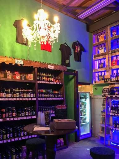 Auch Merchandising passend zum Bier gibt es hier