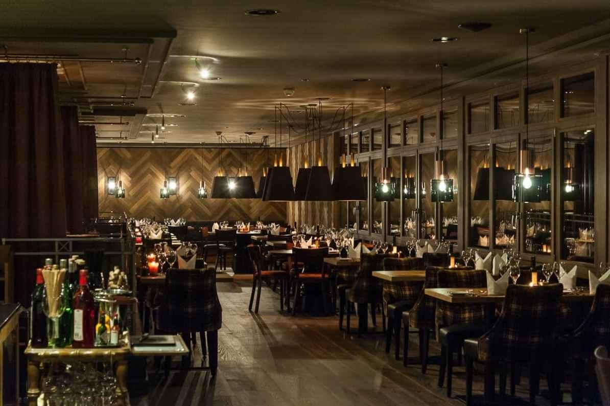 HUUS Gstaad Restaurant am Abend