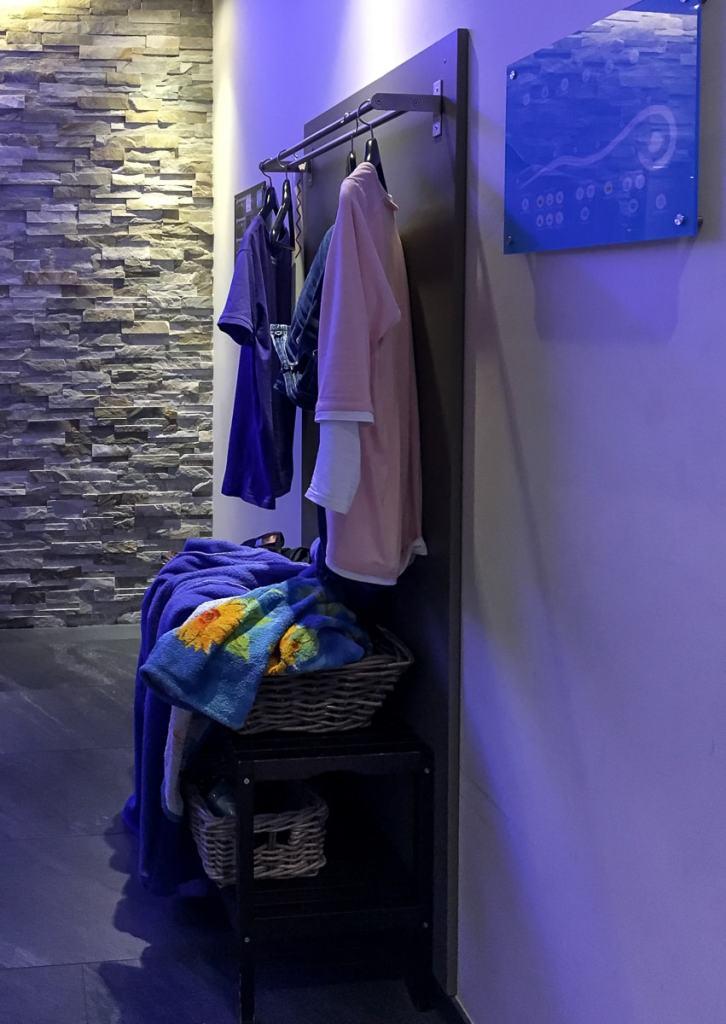 Garderobe für die eigenen Sachen, Bademantel. Handtuch usw.