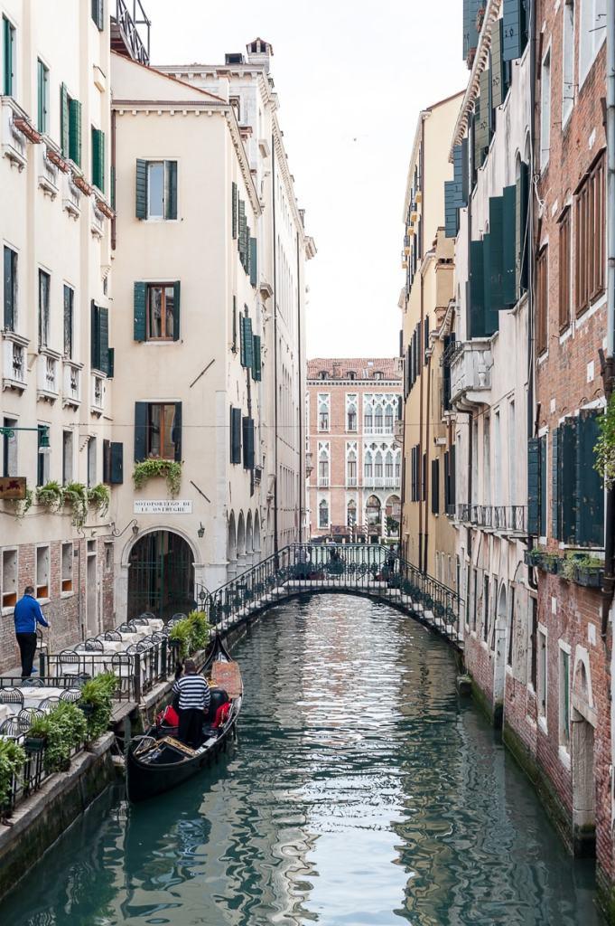 Wasserweg mit Brücke in Venedig