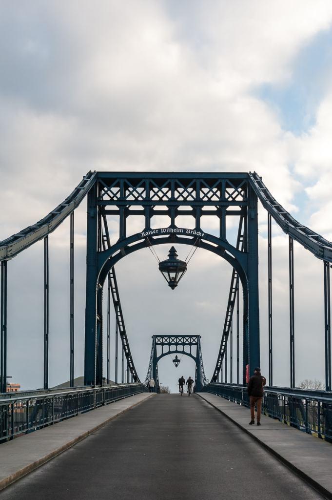 Eindrucksvolle Stahlkonstruktion der Kaiser-Wilhelm-Brücke in Wilhelmshaven.