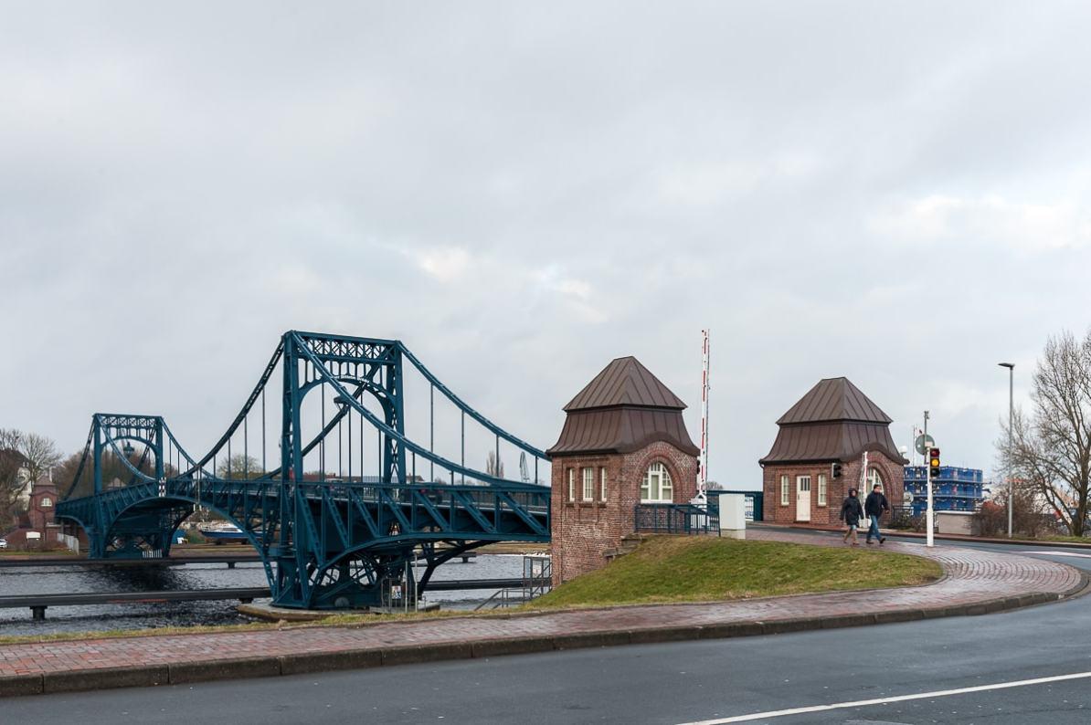 Kaiser-Wilhelm-Brücke vom Südstrand in Wilhelmshaven aus gesehen.