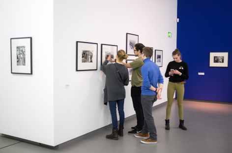 Besucher studieren ausgiebig die Fotos von Peter Lindbergh und Garry Winogrand