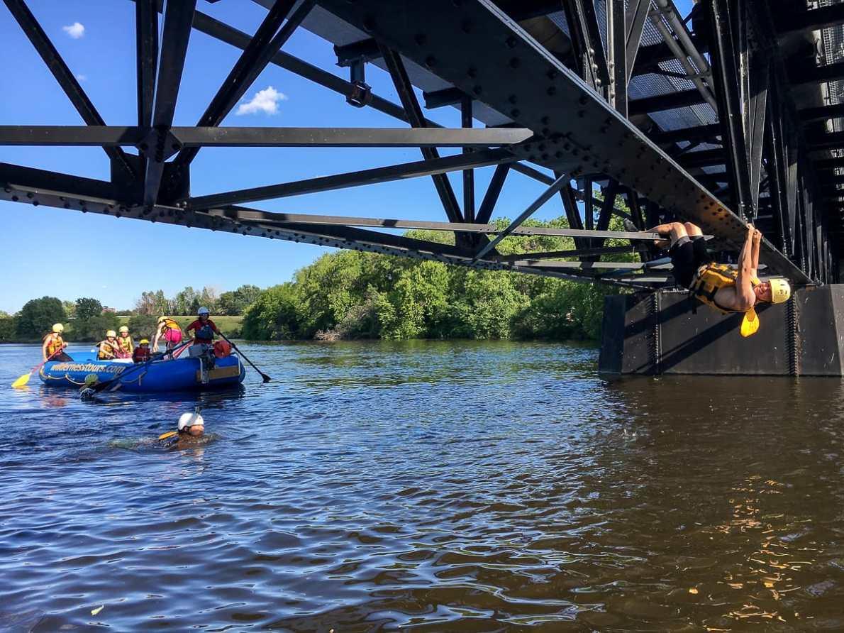Locker an der Brücke hängen
