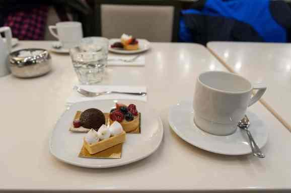 Kaffee und kleine Leckereien