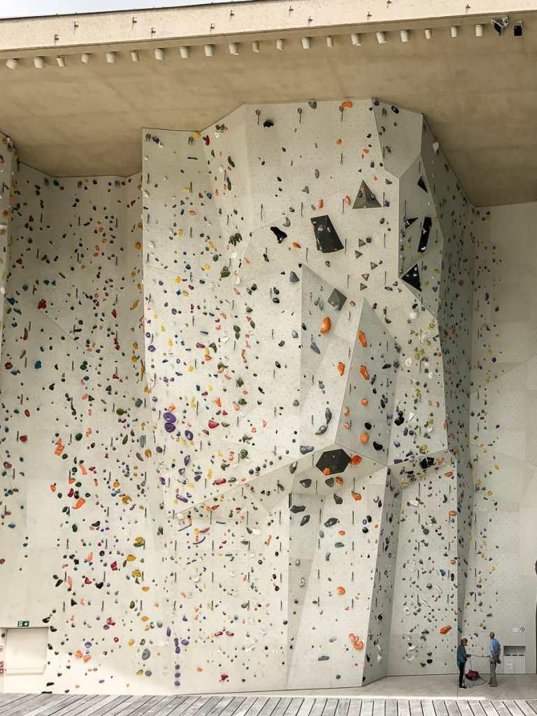Offen und großzügig gestaltete Kletterhalle in Bruneck