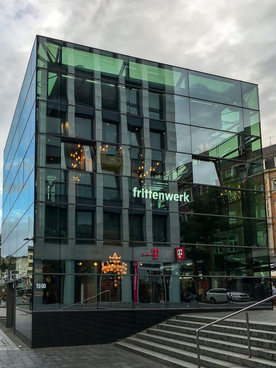 Der Glaskubus des Frittenwerks Aachen