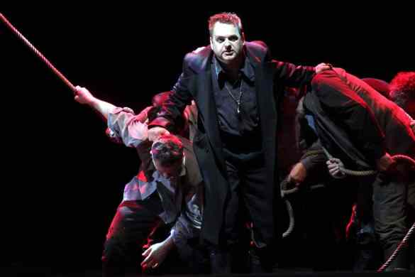 """Der fliegende Holländer - Joachim Goltz (Holländer), Extrachor des theaterhagen, Pressefotos zu """"Der fliegende Holländer""""– Premiere: 6. Mai 2017 –Theater Hagen Fotograf: Klaus Lefebvre"""