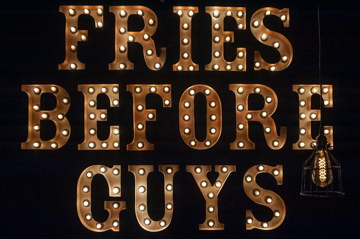 """Lichtinstallation """"Fries Before Guys"""" im Frittenwerk Essen"""