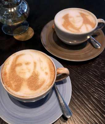 Nicole und ich auf Kaffees verewigt