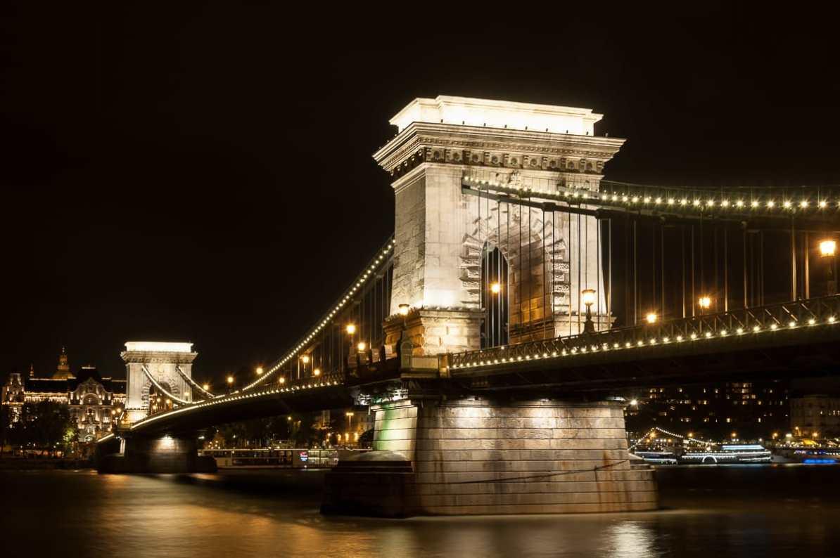 Das Wahrzeichen Budapests: die Kettenbrücke hellerleuchtet bei Nacht.