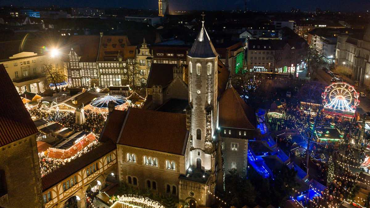 Der Weihnachtsmarkt Braunschweig bei Nacht und von oben, Blick vom Rathausturm