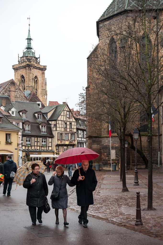 Im Hintergrund (links) erhebt sich das Martinsmünster dominant über Colmar