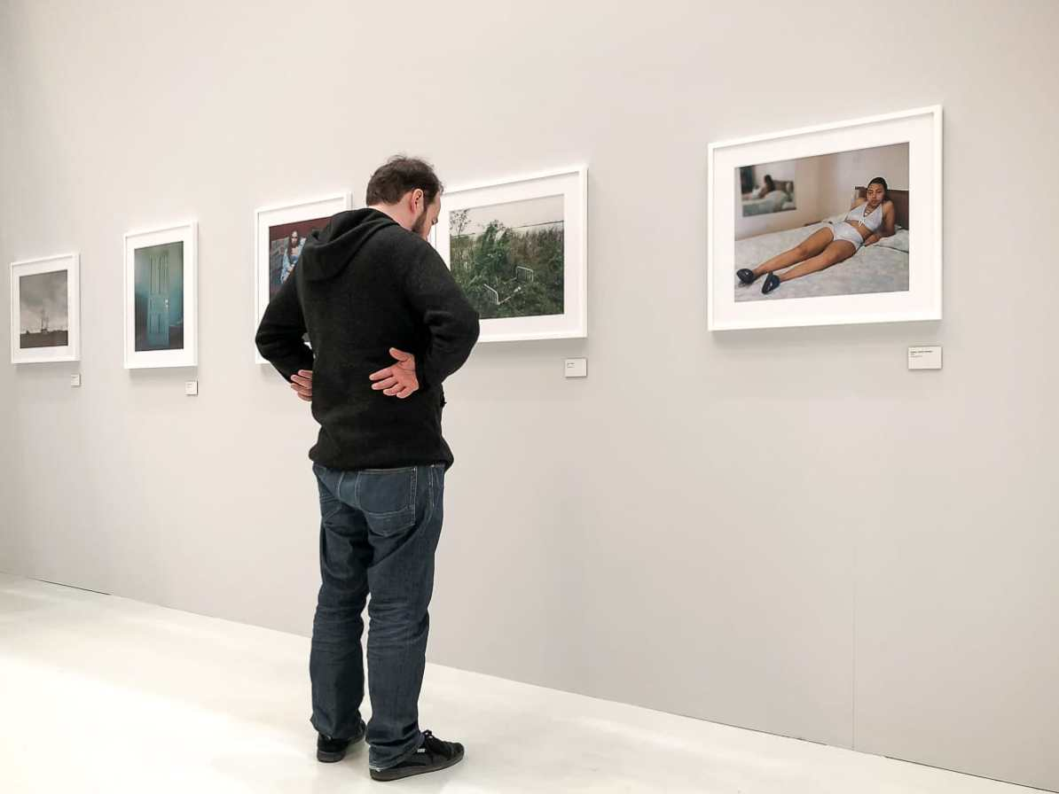 "Simon vor den Bildern von ""Sleeping by the Mississippi"", Alec Soth"