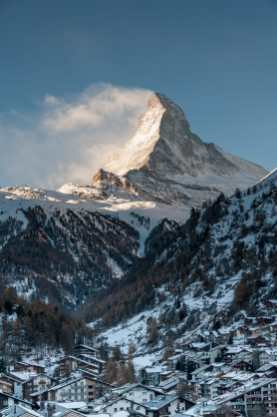 Starker Kontrast zwischen Zermatt und dem Matterhorn am Morgen