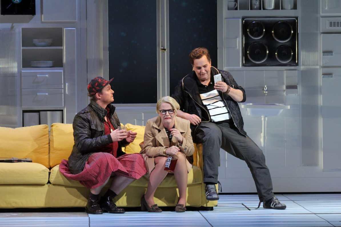 Theater Hagen Tillmann Schnieders (Lämmermeier), Kristine Larissa Funkhauser (Frau Pusebach), Richard van Gemert (Steppke), © Klaus Lefebvre