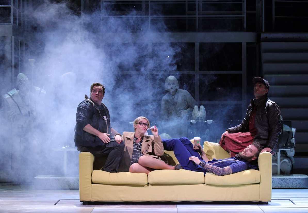 Theater Hagen Richard van Gemert (Steppke), Kristine Larissa Funkhauser (Frau Pusebach), Olaf Haye (Pannecke), Tillmann Schnieders (Lämmermeier), Chor © Klaus Lefebvre