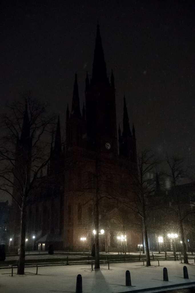 Schlossplatz mit der im Dunklen liegenden Marktkirche
