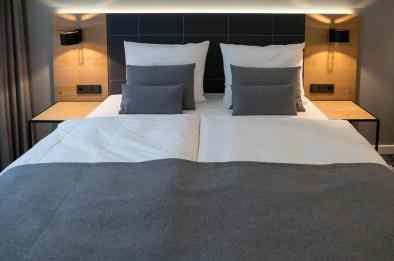 Neben dem Bett sind Steckdosen angebracht