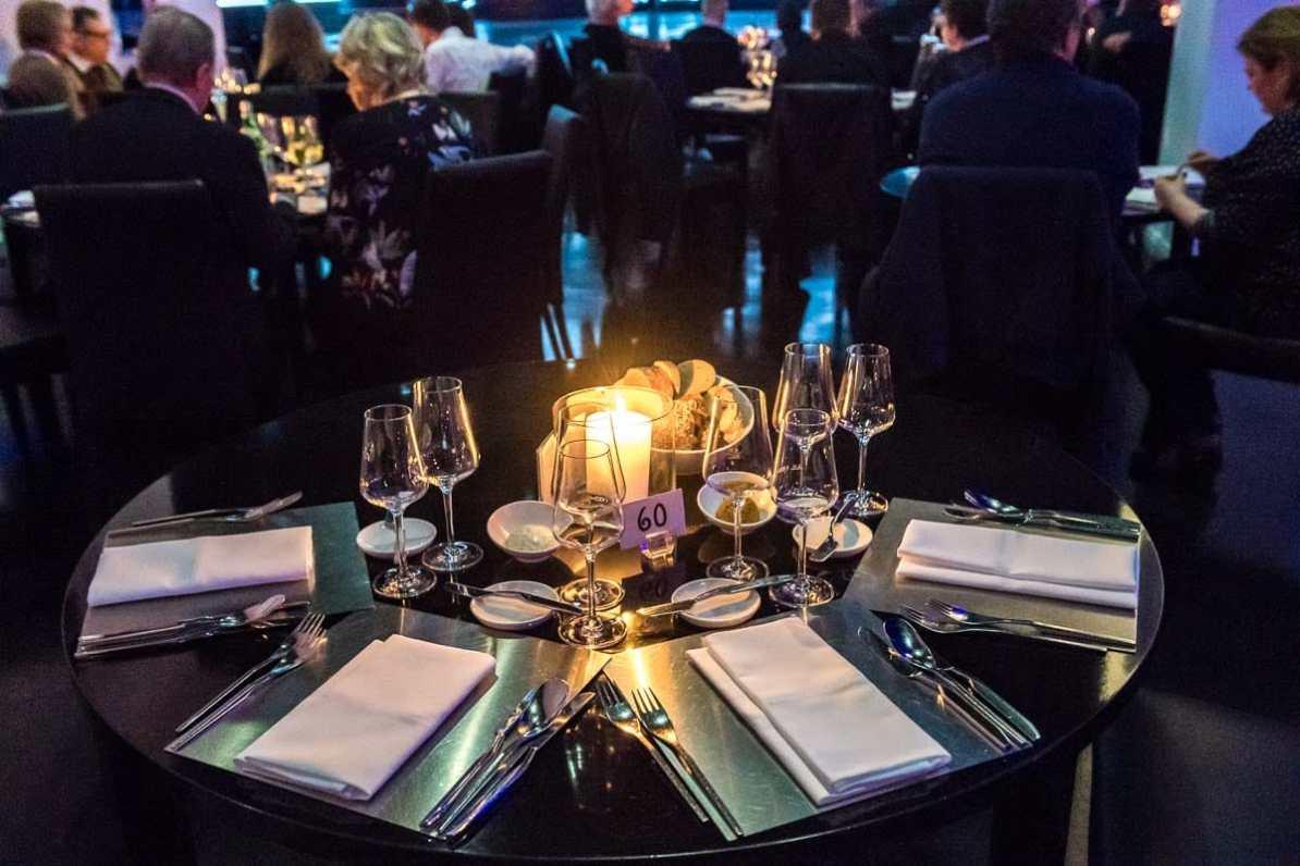 einer der vielen gedeckten Tische für die Fantissima-Dinnershow