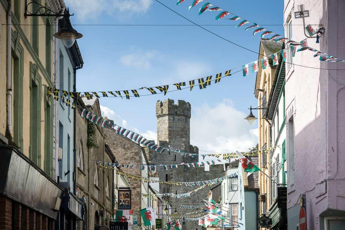 Caernarfon Castle thront über dem gleichnamigen Städtchen
