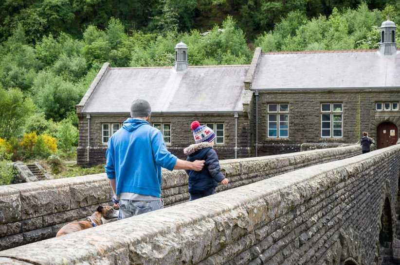 Leute beobachten am Staudamm