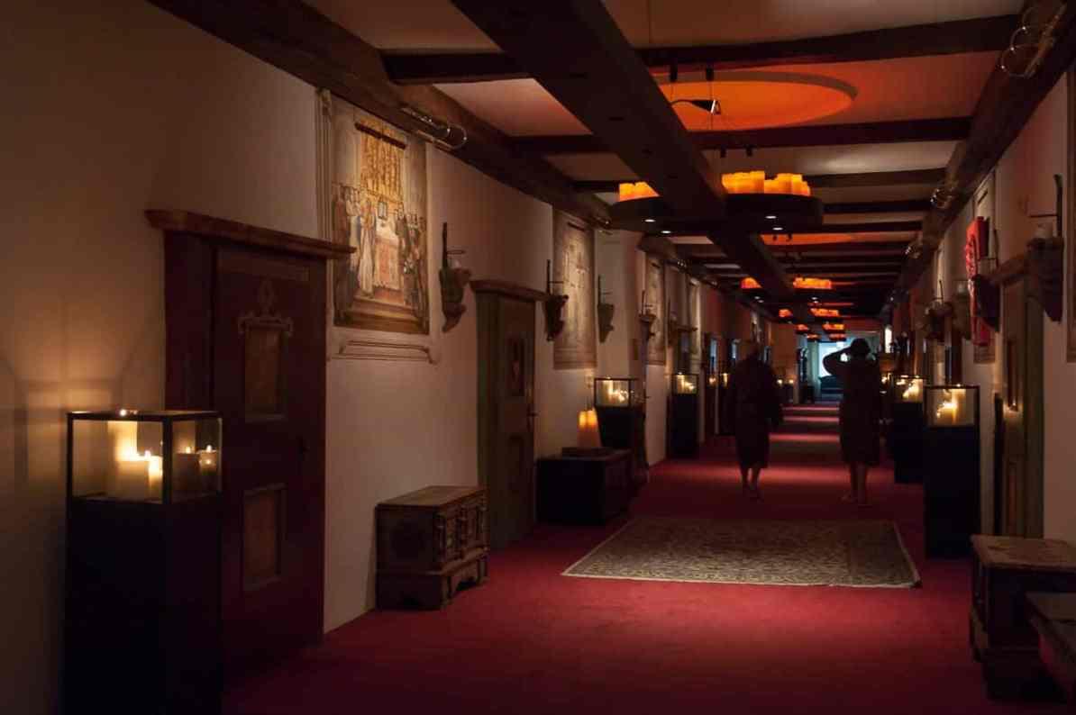 Der Klostergang abends - beleuchtet mit hunderten Kerzen